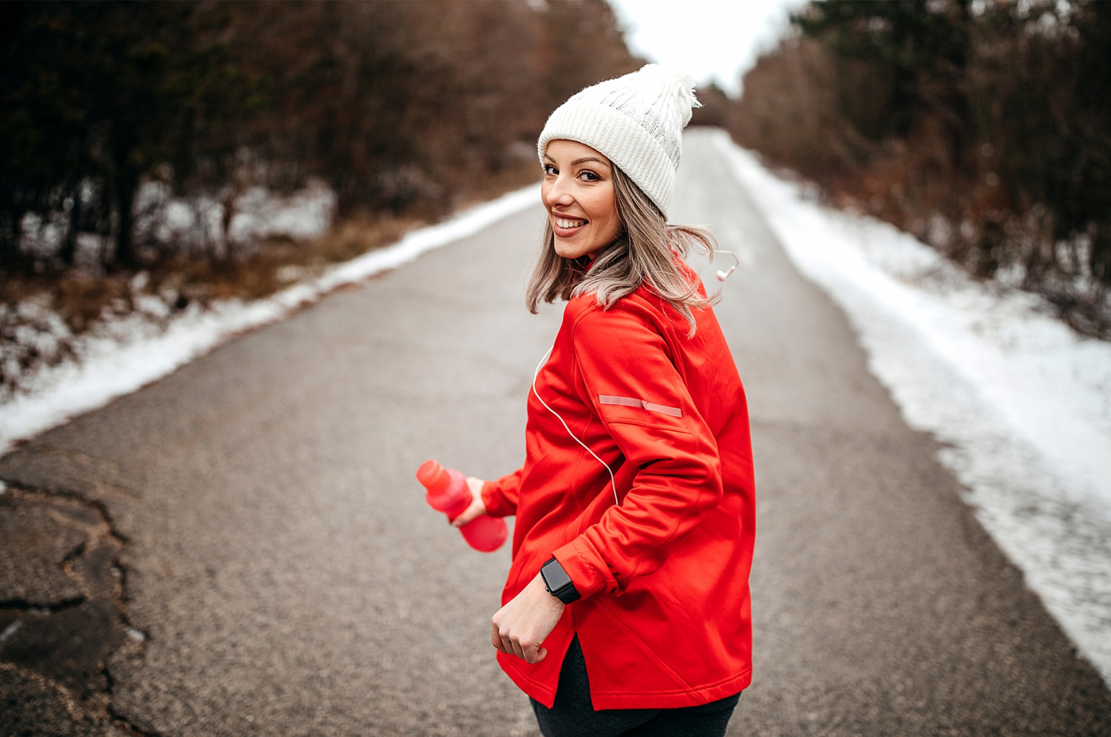 Junge Dame, blond mit roter Jacke